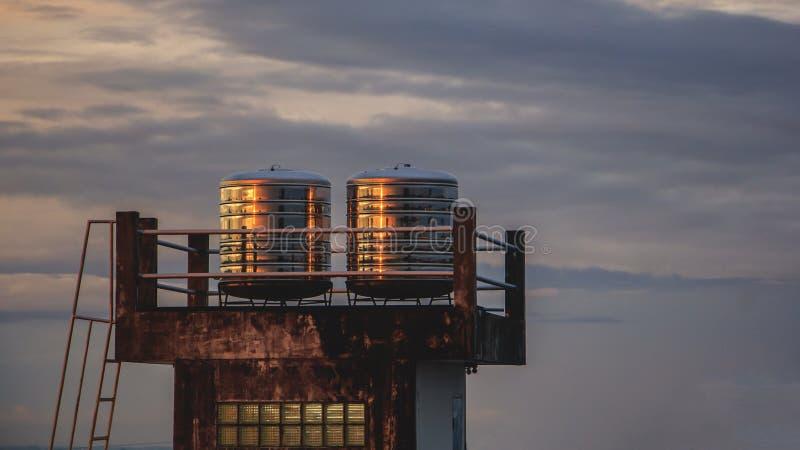 Twee het watertanks van het vlekstaal op dakdek stock foto