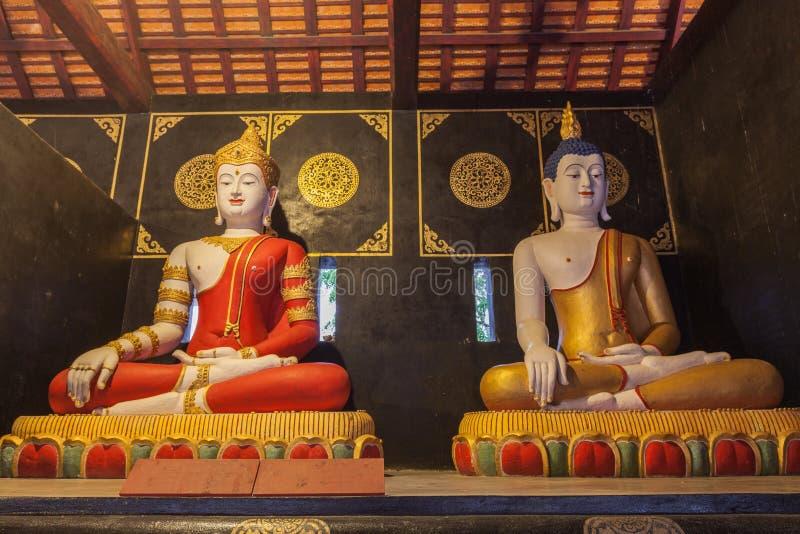 twee het zitten standbeelden Boedha in Wat Chedi Luang Chiang Mai royalty-vrije stock foto's