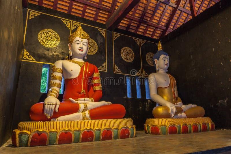 twee het zitten standbeelden Boedha in Wat Chedi Luang Chiang Mai royalty-vrije stock afbeelding