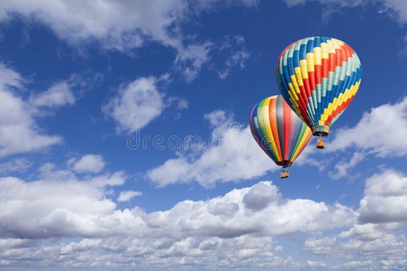 Twee Hete Luchtballons in de Mooie Blauwe Hemel royalty-vrije stock afbeeldingen