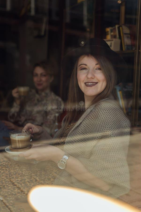 twee hipstermeisjes die koffie drinken royalty-vrije stock afbeeldingen