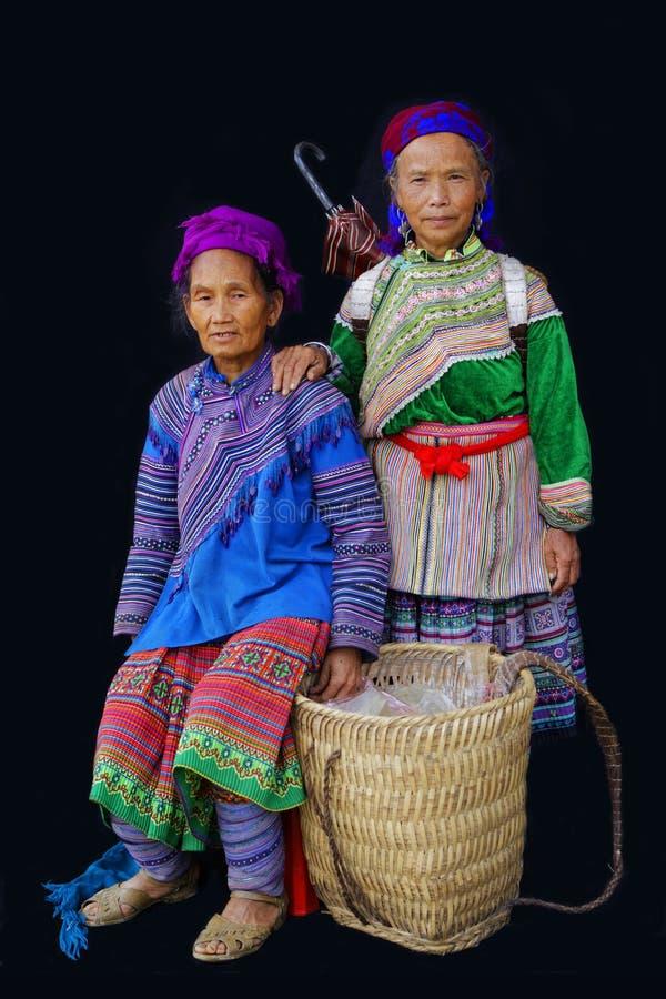 Twee Hmong-vrouwen met een mand stock fotografie