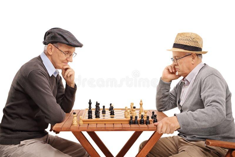 Twee hogere heren die schaak spelen stock fotografie