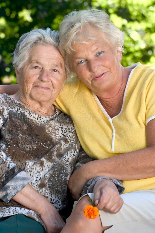Twee hogere vrouwen royalty-vrije stock foto's