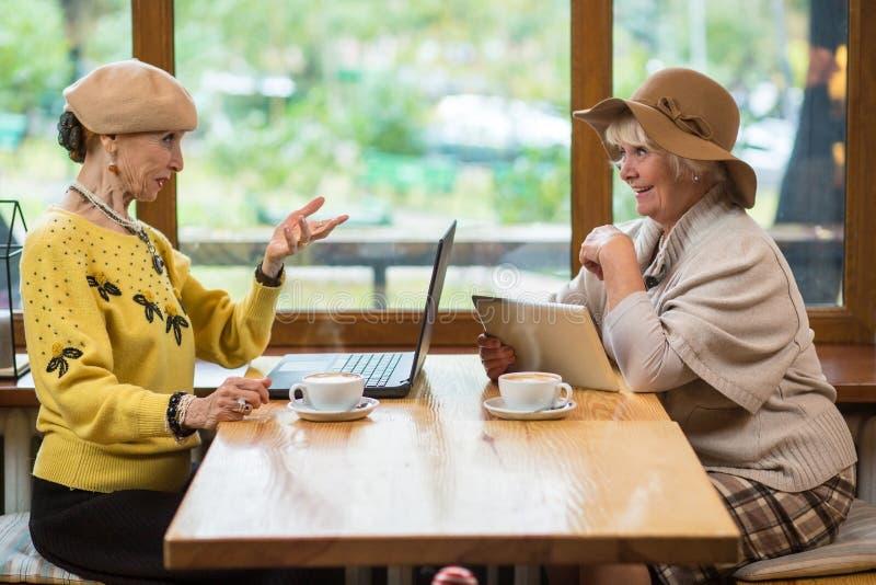 Twee hogere vrouwen in koffie royalty-vrije stock afbeelding