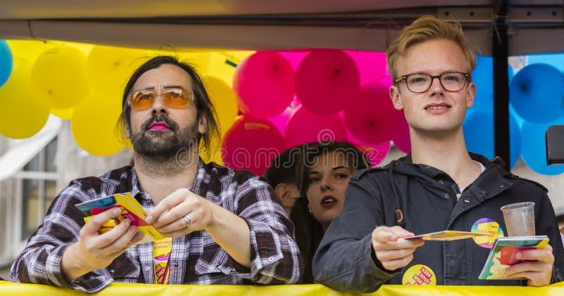 2019: Twee homoseksuelen op een vlotter die Gay Pride bijwonen paraderen ook gekend als Christopher Street Day-CDD in München, Du royalty-vrije stock foto's