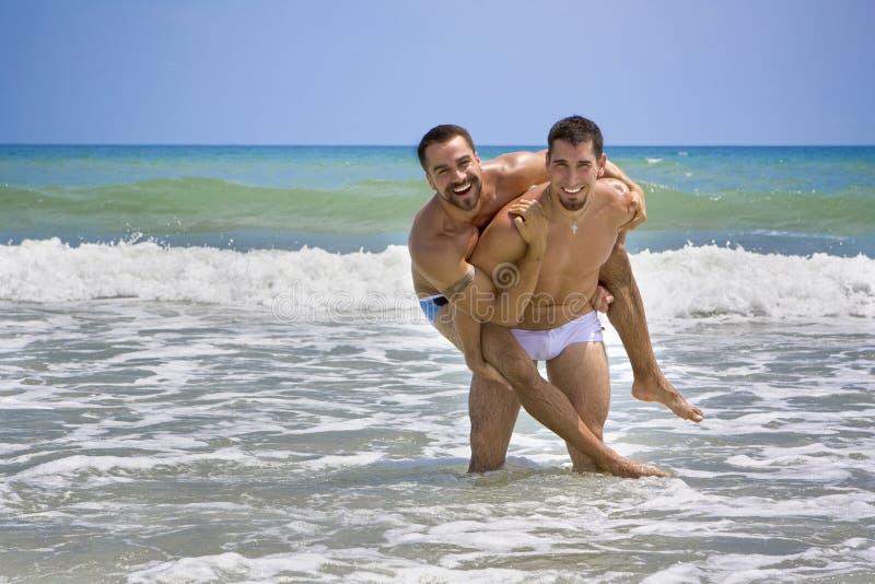 Twee homoseksuelen op strandvakantie royalty-vrije stock foto