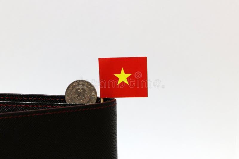 Twee honderd het Dongmuntstuk van Vietnam op omgekeerde VND en de minivlag van Vietnam plakken op de zwarte portefeuille met witt stock afbeeldingen