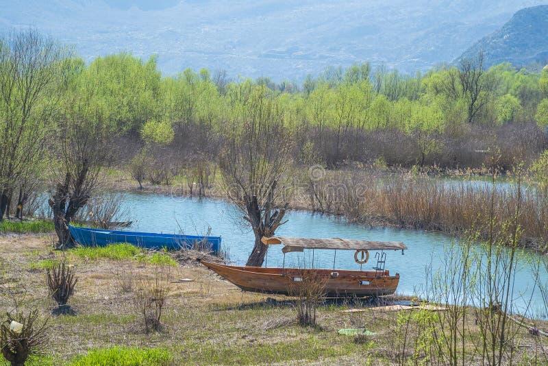 Twee houten botentribune op de rivierbank stock afbeeldingen