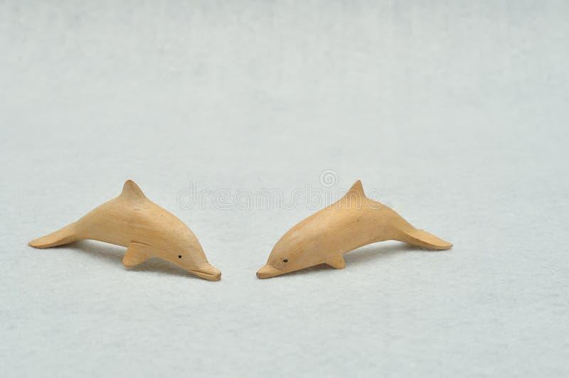 Twee houten dolfijnbeeldjes stock foto
