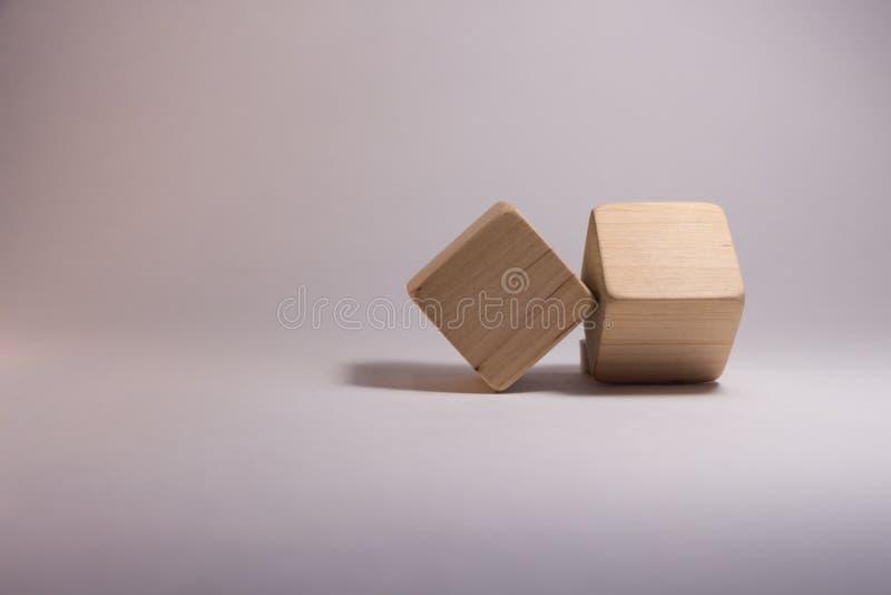 Twee houten kubussen royalty-vrije stock afbeelding