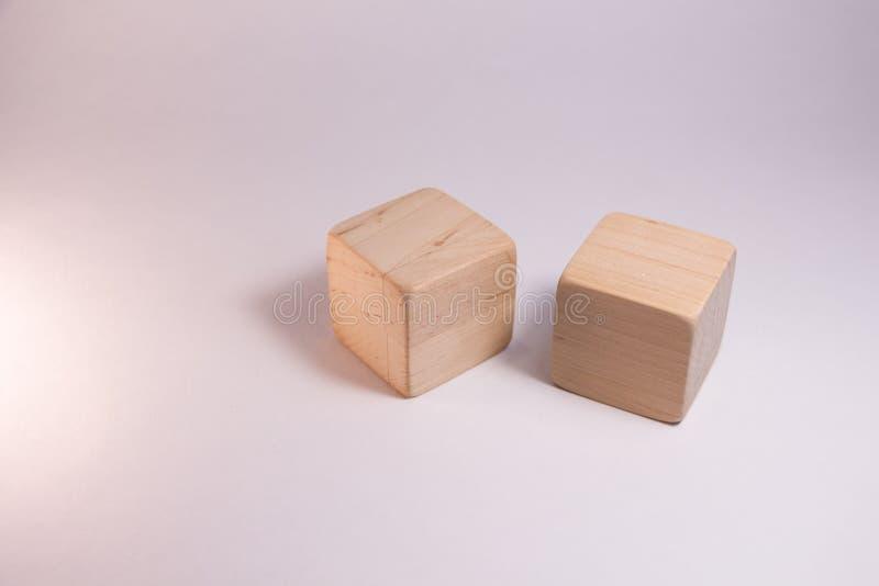 Twee houten kubussen royalty-vrije stock fotografie