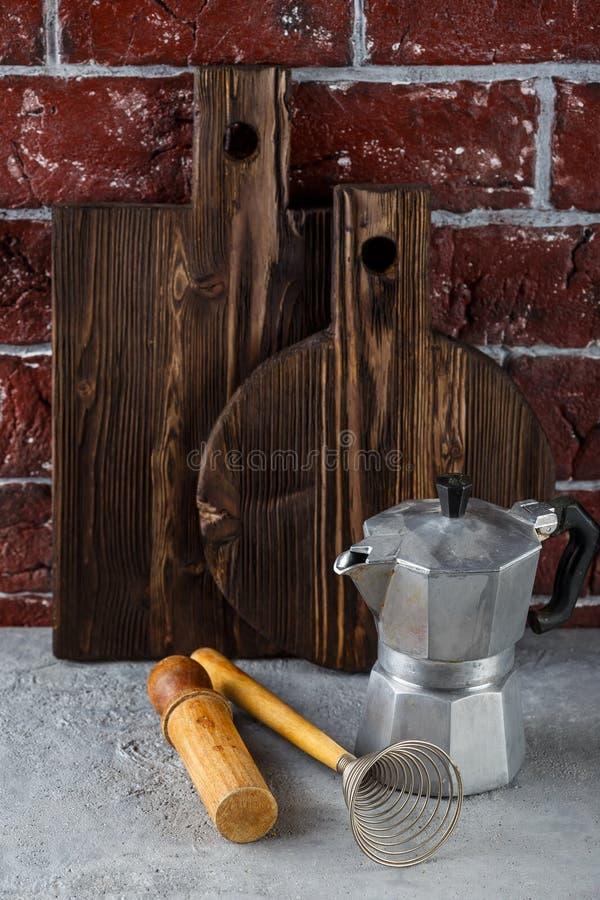 Twee houten scherp raad en keukengerei royalty-vrije stock afbeelding