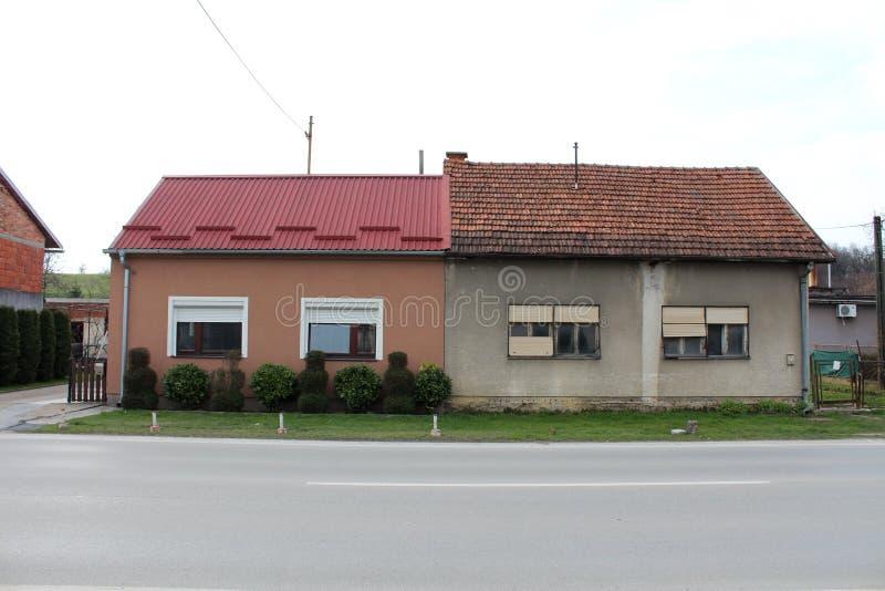 Twee huizen in de voorsteden in bijlage - nieuw versus oud contrast stock afbeelding