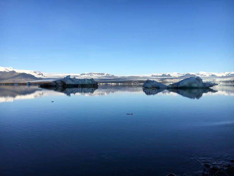 Twee ijsbergen die in Jokulsarlon-Meer in IJsland drijven stock afbeelding