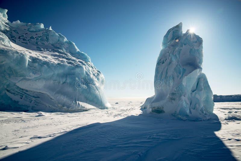 Twee ijsbergen in het Noordpoolgebied stock afbeeldingen