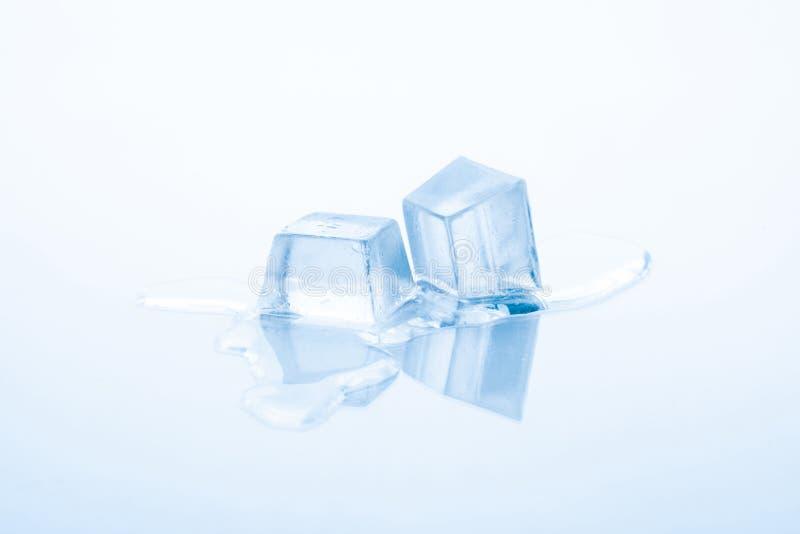 Twee ijsblokjes smelten stock afbeeldingen