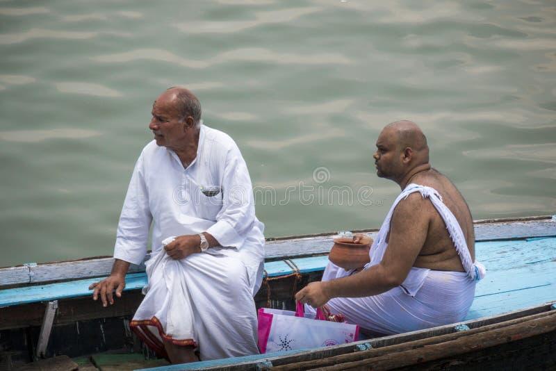 Twee Indische mensen op boot bij begrafenis royalty-vrije stock fotografie