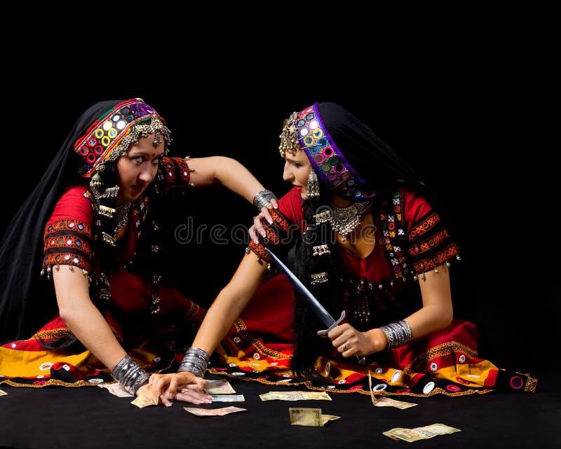 Twee Indische vrouwenstrijd voor geld royalty-vrije stock fotografie