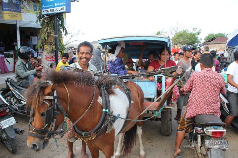 Download Twee Indonesische Vrouwen Die Lokale Vervoer Door Charriot In Kuta L Gebruiken Redactionele Foto - Afbeelding bestaande uit armoede, verkoper: 29514231