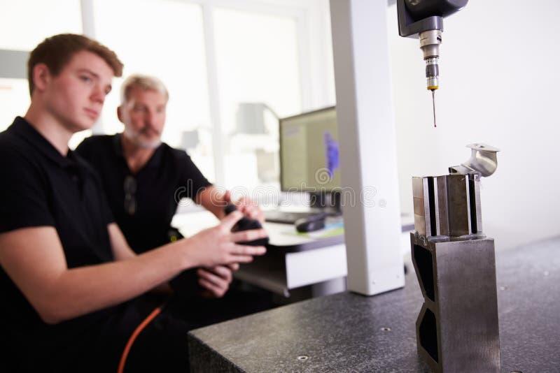 Twee Ingenieurs die CAD Systeem met behulp van om aan Component te werken stock foto's