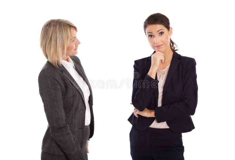 Twee isoleerden onderneemster die samen spreken: concept voor lichaamsla stock afbeeldingen