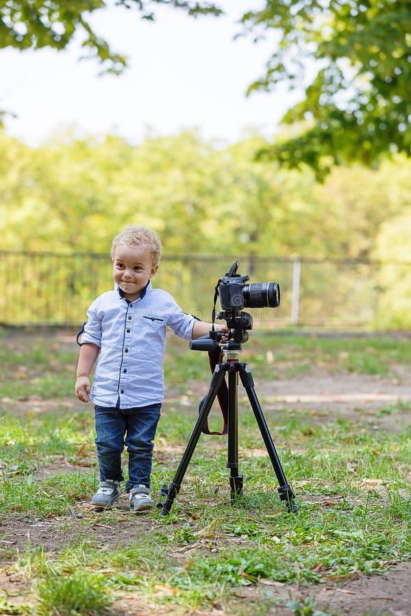 Twee jaar het oude jongen spelen met fotocamera royalty-vrije stock fotografie