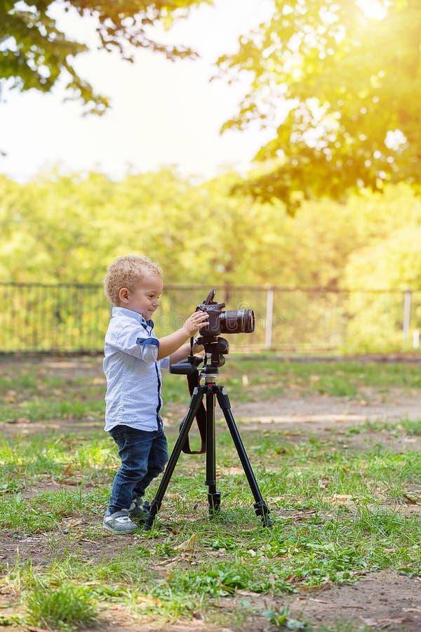 Twee jaar het oude jongen spelen met fotocamera stock afbeeldingen