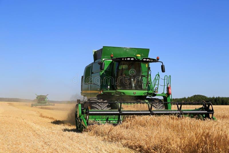 Twee John Deere Combines Harvest Barley stock foto's