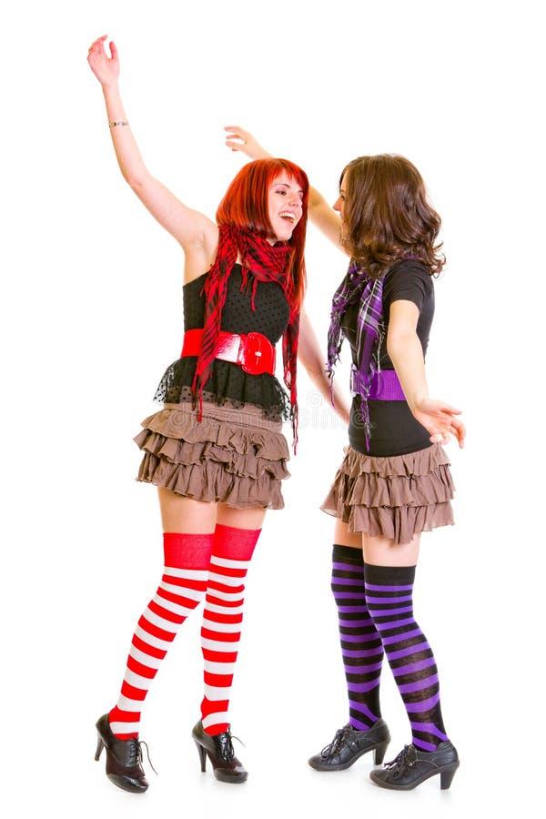 Twee jong grappig meisjes geïsoleerdi geknuffel stock afbeeldingen