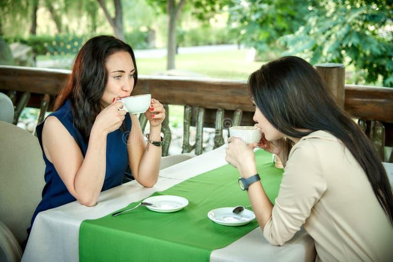 Twee jong mooi meisjespraatje stock foto