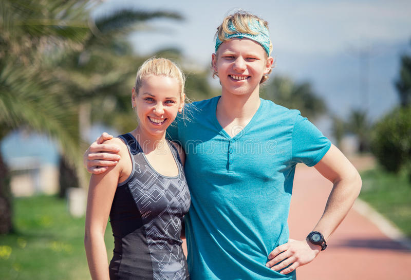 Twee jong sportieve mensen openluchtportret stock fotografie