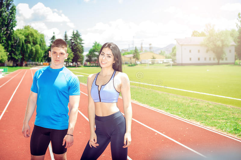Twee jonge atleten op spoorgebied royalty-vrije stock fotografie