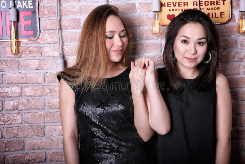 Twee jonge Aziatische meisjesmodellen royalty-vrije stock afbeelding