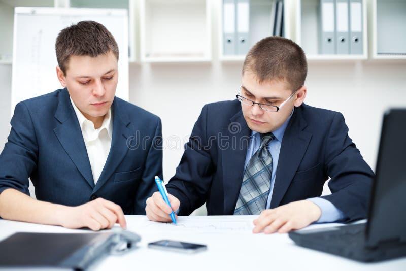 Twee jonge bedrijfsmensen royalty-vrije stock foto's
