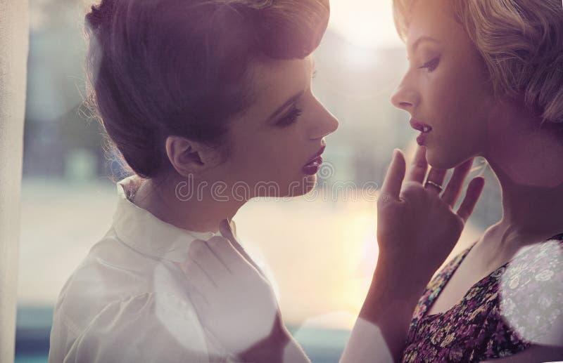 twee jonge dames stock afbeelding