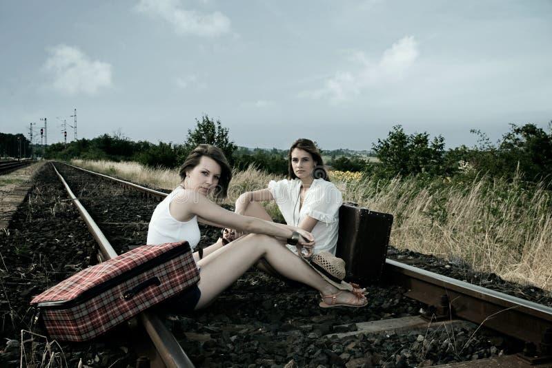 Twee jonge dames met koffers royalty-vrije stock afbeelding