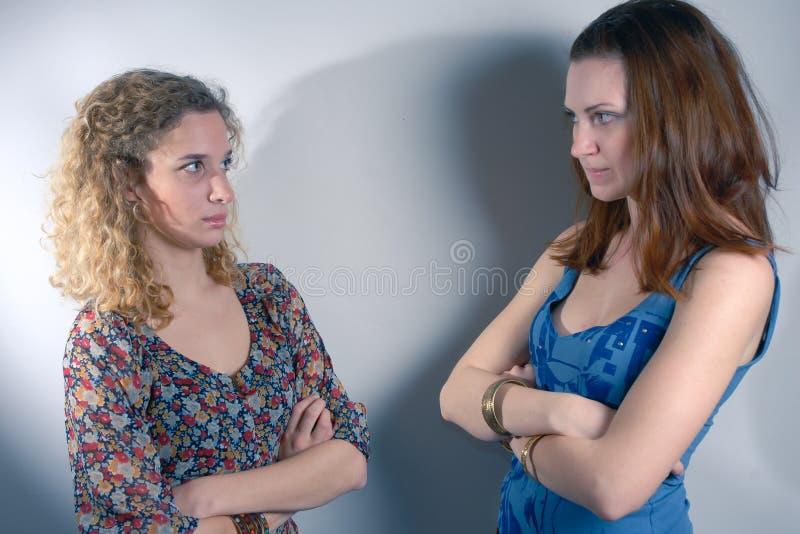 Twee jonge ernstig gekruiste meisjes royalty-vrije stock afbeelding