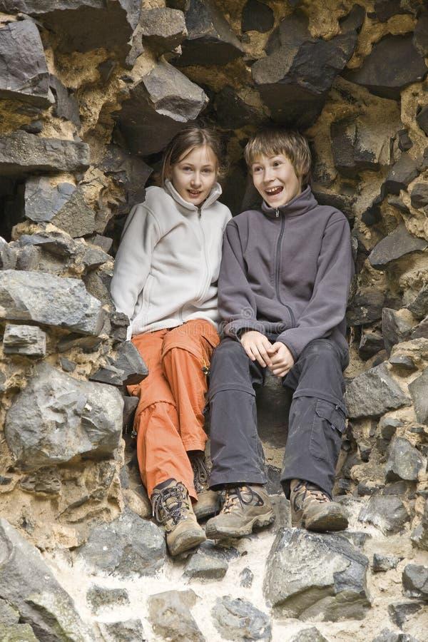 Twee jonge geitjes bij een steenachtige muur royalty-vrije stock afbeeldingen
