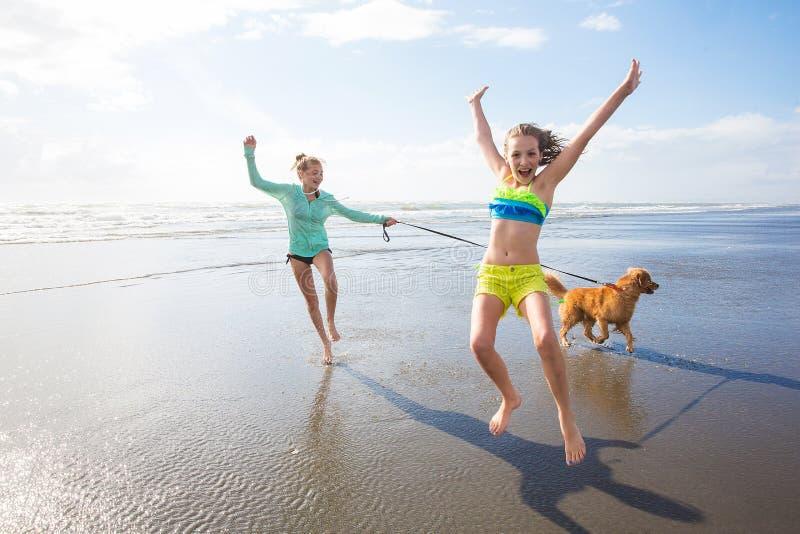 Twee jonge geitjes die bij het strand spelen royalty-vrije stock foto's