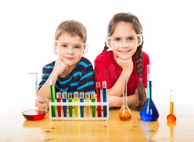 Twee jonge geitjes met chemisch materiaal royalty-vrije stock foto's