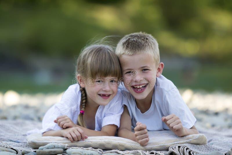 Twee jonge gelukkige leuke blonde glimlachende kinderen, jongen en meisje, bouillon stock afbeeldingen