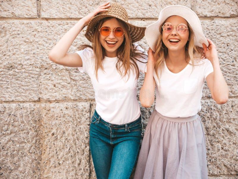 Twee jonge glimlachende hipster blonde vrouwen in kleren van de de zomer de witte t-shirt royalty-vrije stock foto
