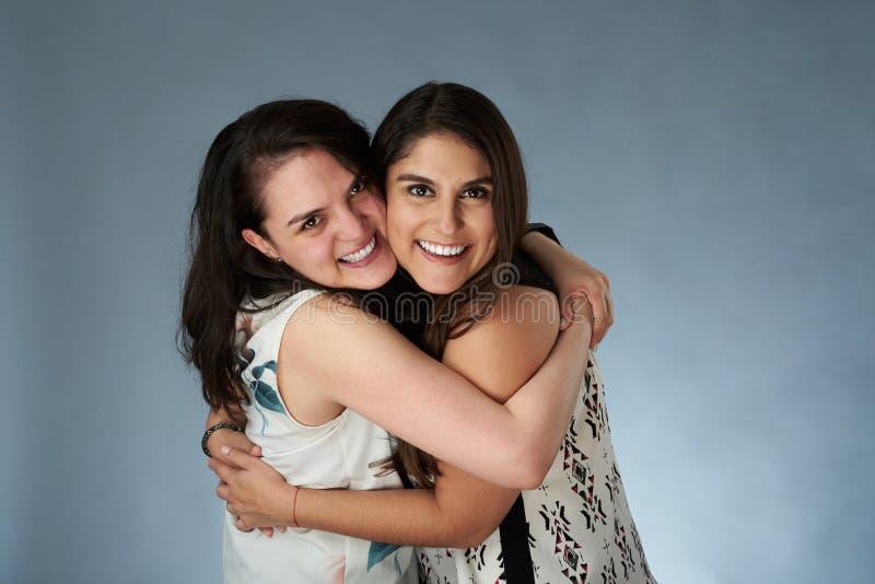 Twee jonge glimlachende meisjesvrienden royalty-vrije stock foto