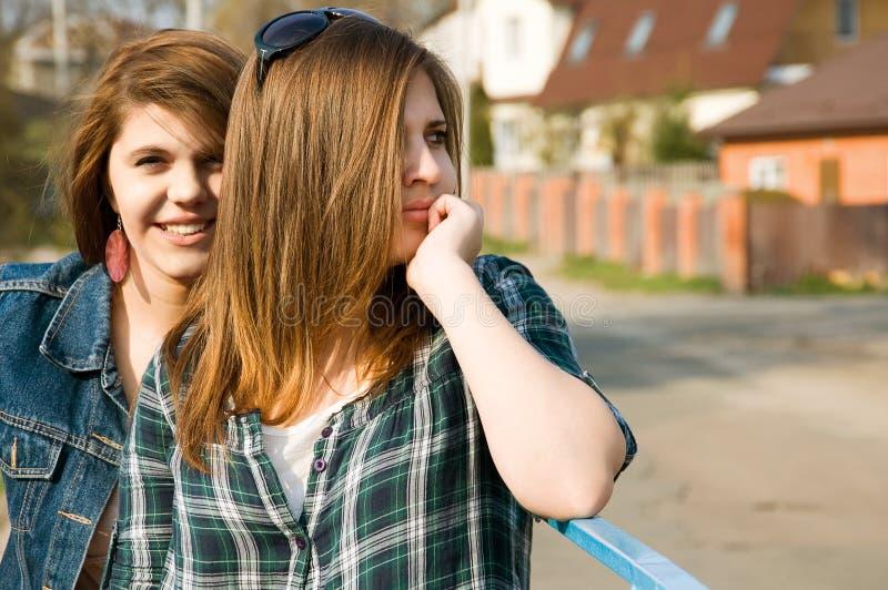 Twee jonge meisjes royalty-vrije stock fotografie