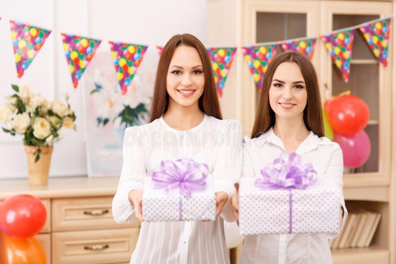 Twee jonge meisjes bieden voorstelt aan royalty-vrije stock afbeeldingen