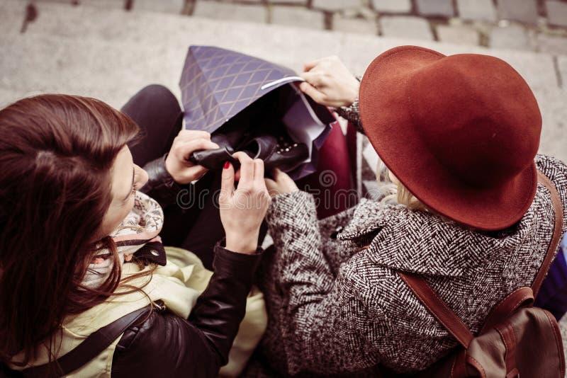 Twee jonge meisjes die op de treden zitten royalty-vrije stock afbeelding