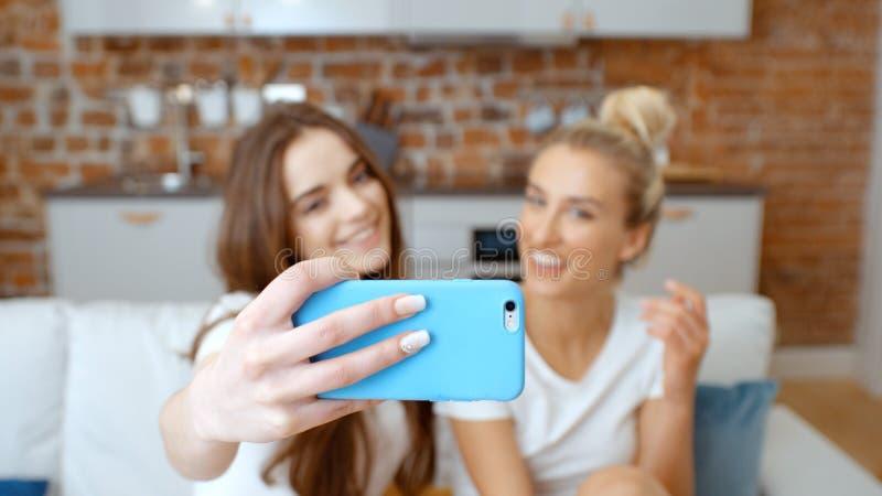 Twee jonge meisjes die selfie thuis maken royalty-vrije stock foto's