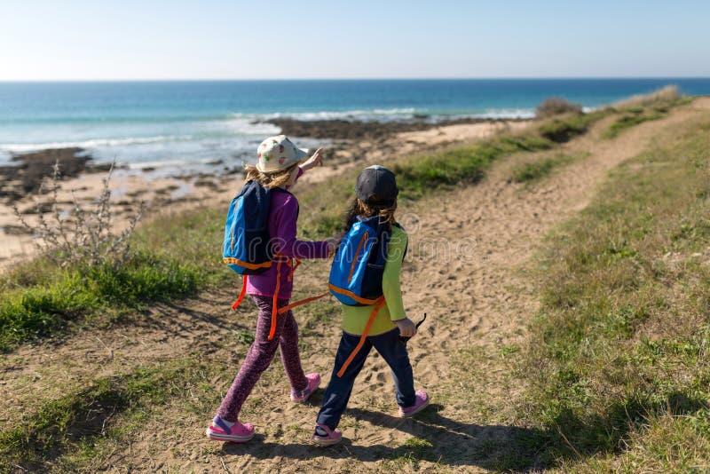 Twee jonge meisjes die Spaanse kustlijn onderzoeken royalty-vrije stock afbeeldingen