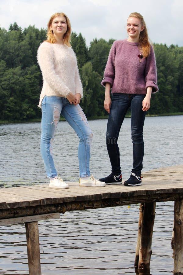 Twee jonge meisjes die tijd samen in zomer hebben royalty-vrije stock foto's